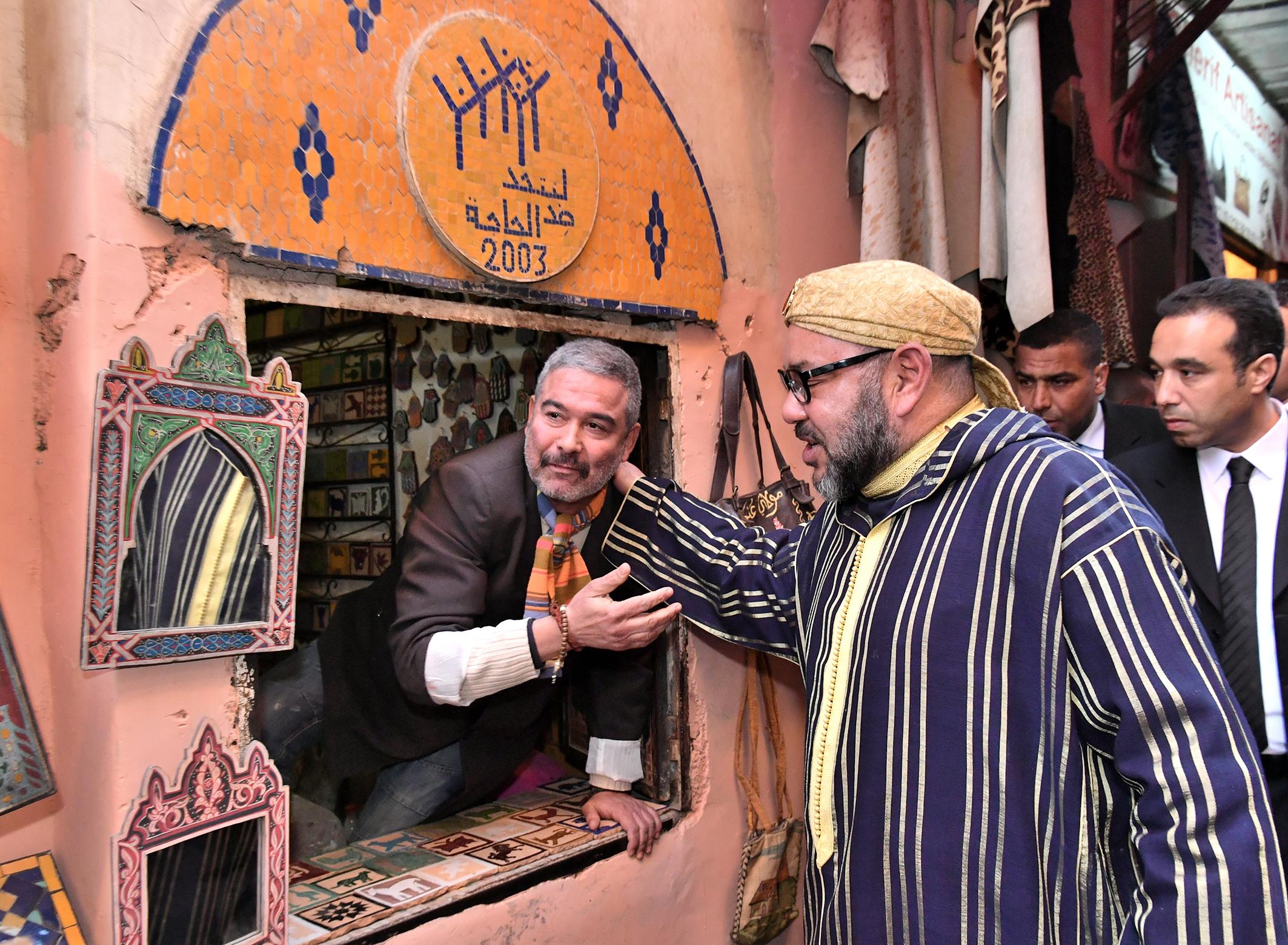 SM le Roi avec des artisans de l'ancienne médina de Marrakech