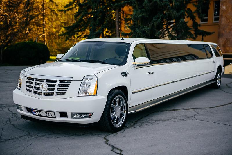 Arenda Limuzinelor în Moldova,Chişinău  Promotie Februarie 40-50 EURO/ORA > Foto din galeria `Cadillac Escalade 2012,Lungimea 12.5m,Pasageri 24`