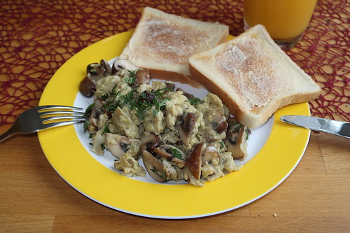 Rührei mit Champignons zu Toast