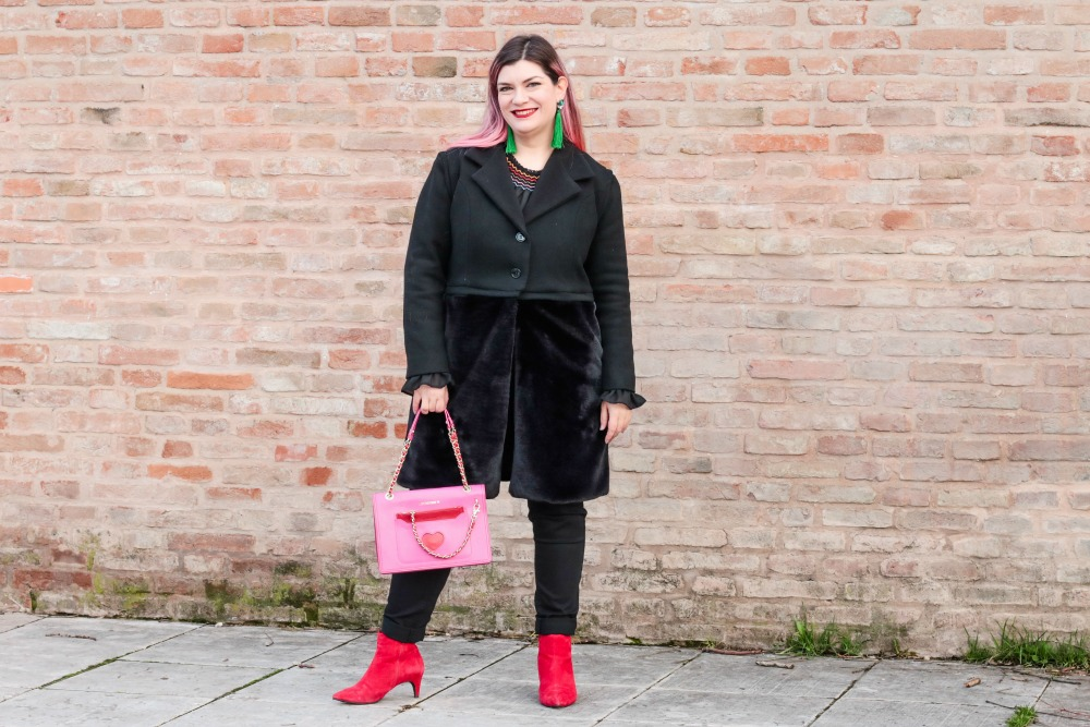 Outfit plus seize curvy con blusa ricamata, jeans neri e cappotto handmade (7)