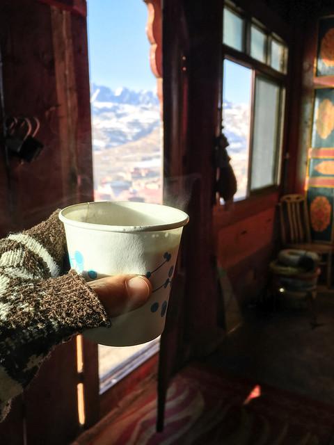 Taking a break with Tibetan milk tea, Kandze Monastery, Garzê 甘孜 カンゼゴンパで振る舞って頂いたミルクティで休憩