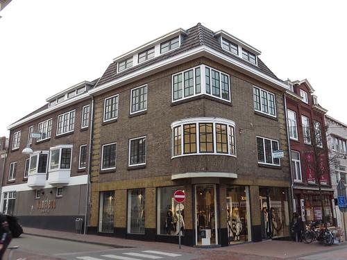 Het pand aan de Tweede Walstraat / Ziekerstraat met de dakkapellen in kwestie.