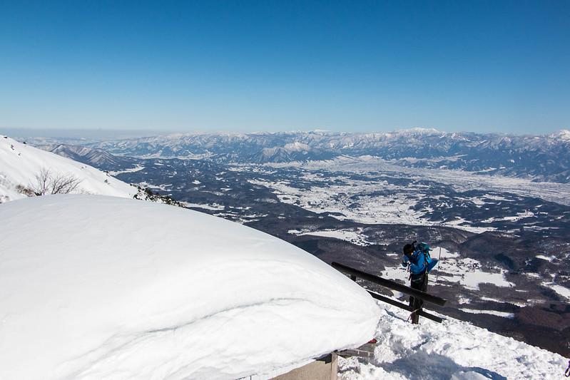 冬の飯縄山の神社