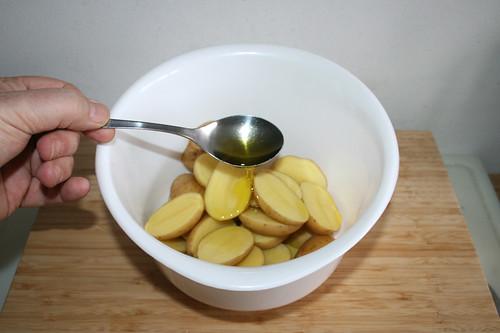 15 - Öl zu Kartoffeln geben / Add oil to potatoes