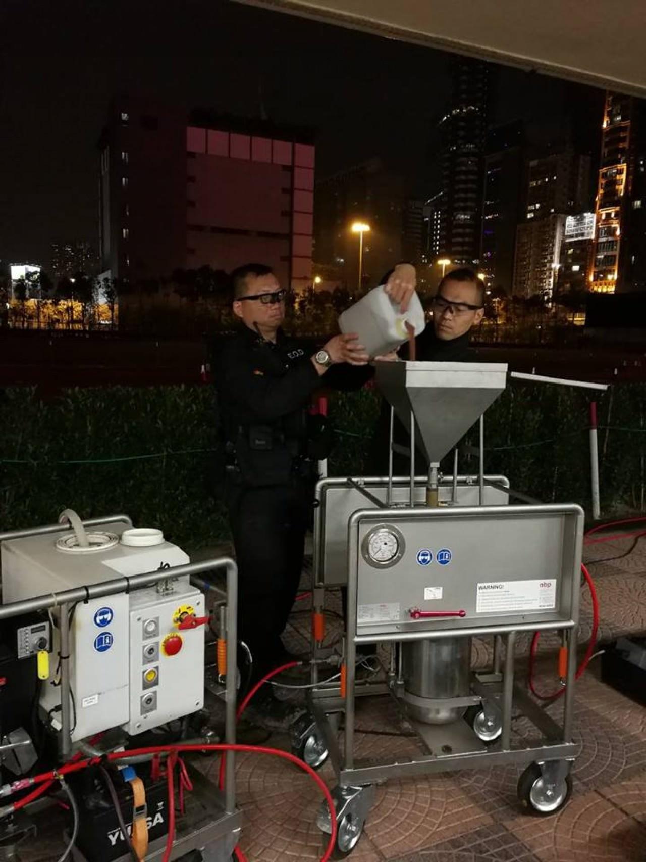 警方拆彈專家已在空投彈上完成鑽洞,準備處理炸藥。 (香港警察FB圖片)