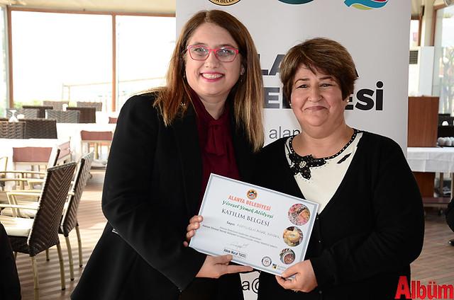 Alanya Belediyesi Yöresel Yemek Atölyesi'ne katılan kursiyerlere sertifikaları verildi. -8
