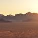 6. Un 4x4 a toda velocidad por el valle de Wadi Rum mientras el sol cae lentamente