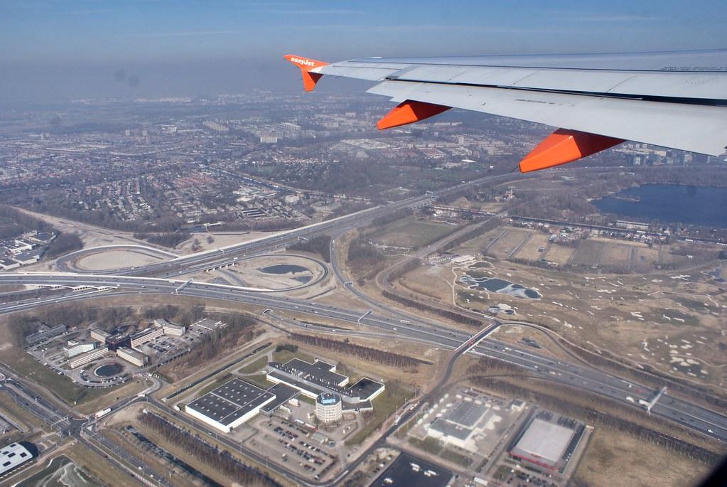 Au décollage de l'aéroport d'Amsterdam Schiphol en hiver.