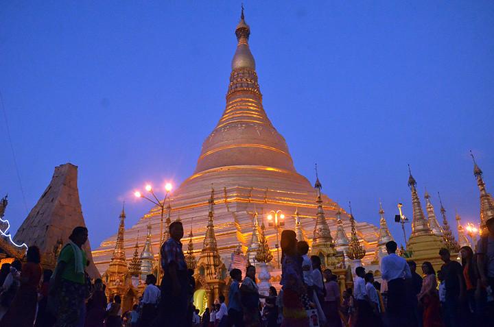 Stupa Shwedagon ramai dikunjungi warga pada Hari Raya Magha Puja 2561 EB yang juga disebut sebagai Bulan Purnama Tabaung.