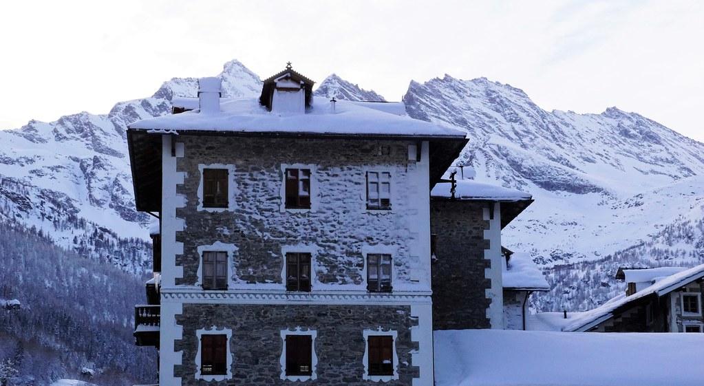 Inverno...e neve aggrappata ai muri dopo la tormenta...