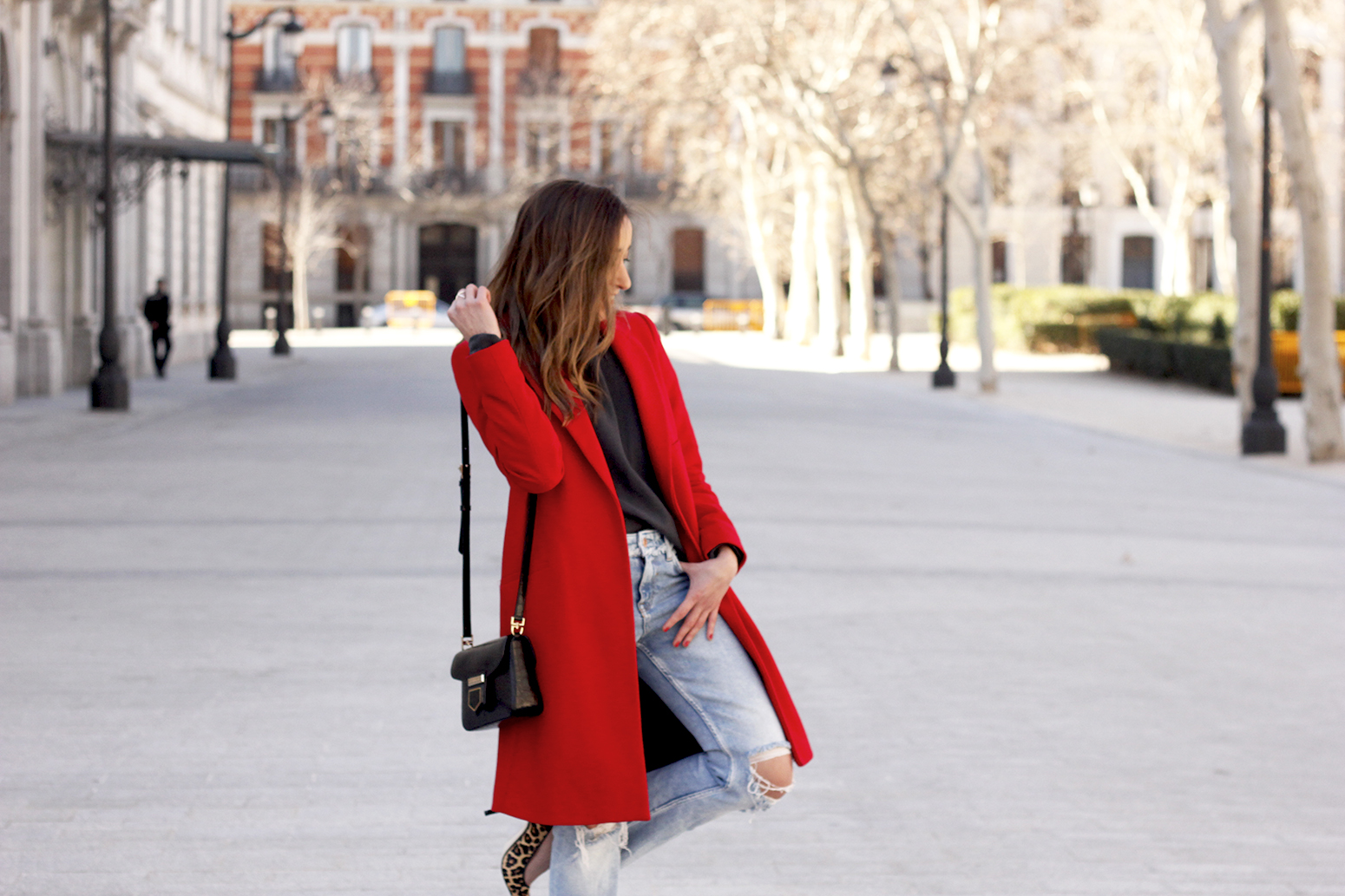 red coat givenchy bag ripped jeans leopard heels winter outfit look de invierno11