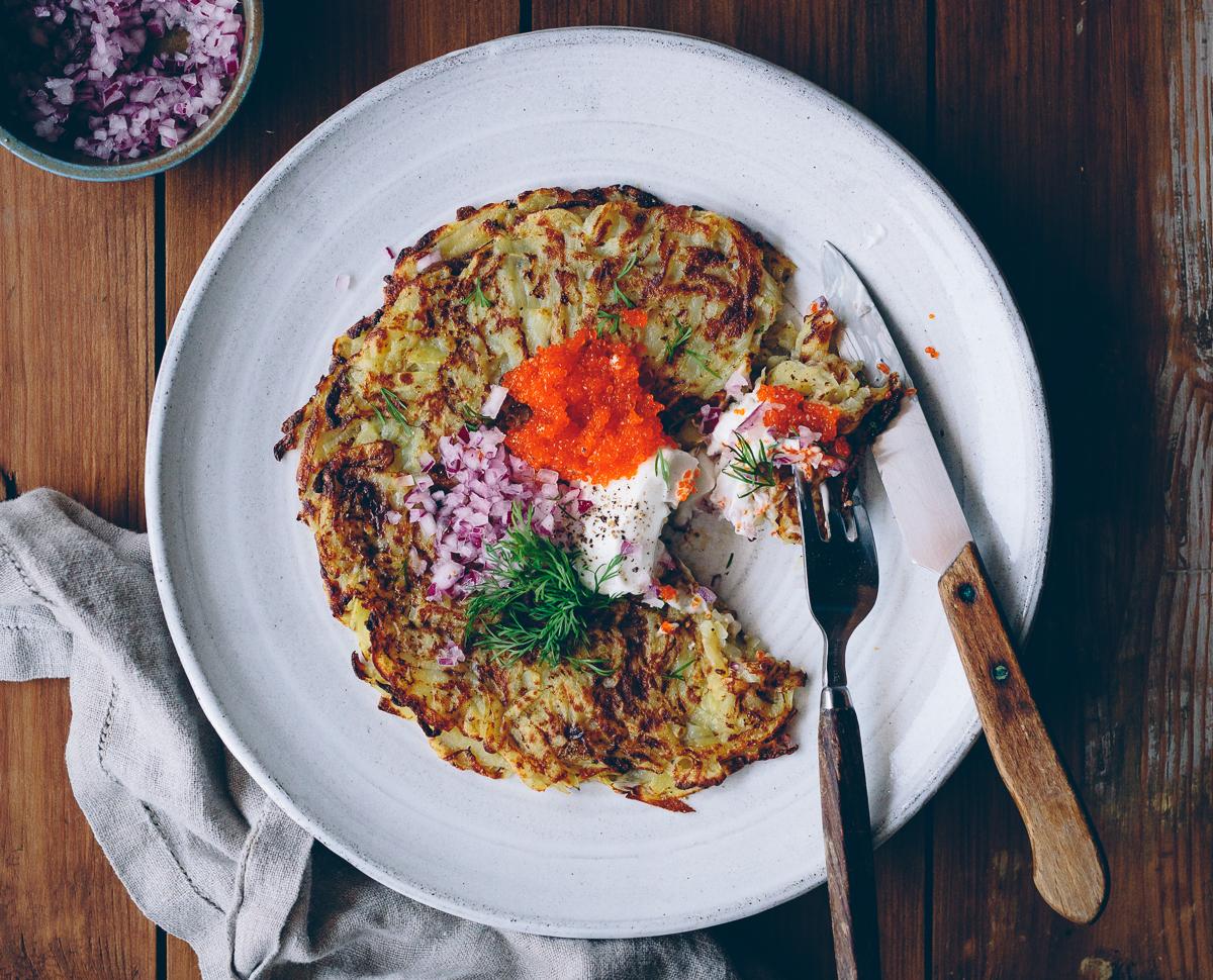 Frasiga rårakor med tångkaviar, havrefraîche, rödlök & dill | Cashew Kitchen