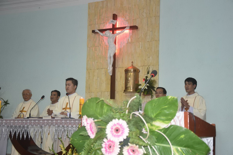 4 Tân Linh mục dâng thánh lễ tạ ơn tại Hội dòng Mến Thánh Giá Qui Nhơn
