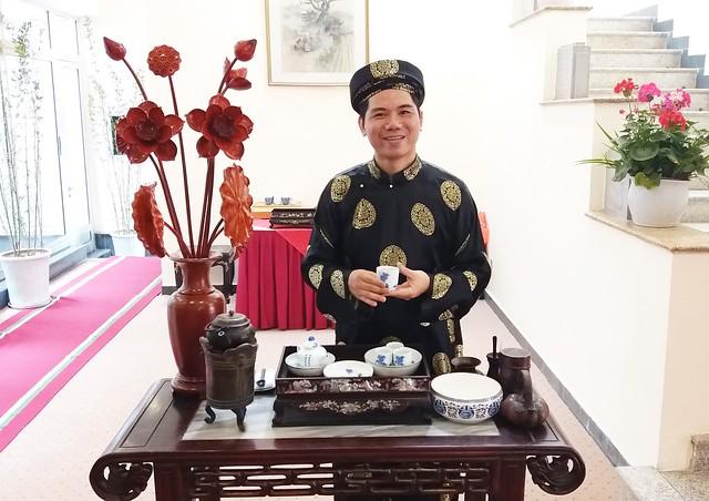 Nghệ nhân trà Hoàng Anh Sướng pha trà dâng Nhật Hoàng và Hoàng Hậu