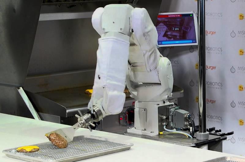 Flippy le robot prend de plus en plus de place dans la restauration rapide