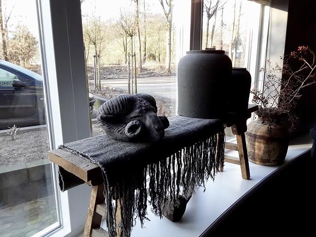 Houten bankje vensterbank met Brynxz pot, stenen ram