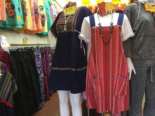 この辺りの民族衣装っぽい柄の服が売られている