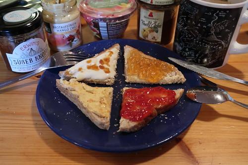 , Süßer Knofi, Mango Chili Brotaufstrich, Quitten Fruchtgelee und Erdbeer Konfitüre auf Toastbrot