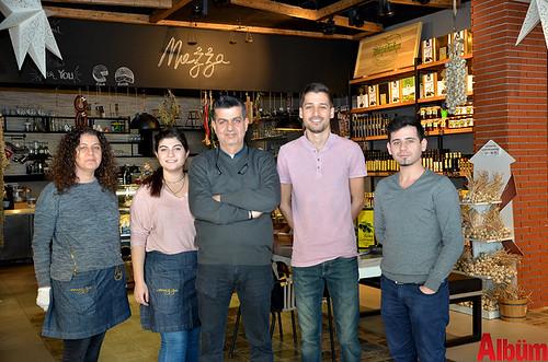 Misafirleriyle yakından ilgilenen Mezza Gurme ekibi Albüm için poz verdi.