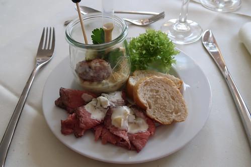 Roastbeef mit Remouladensauce und Kartoffelsalat mit Hackbällchen (vom Vorspeisenbuffet im Victoria-Hotel Minden)