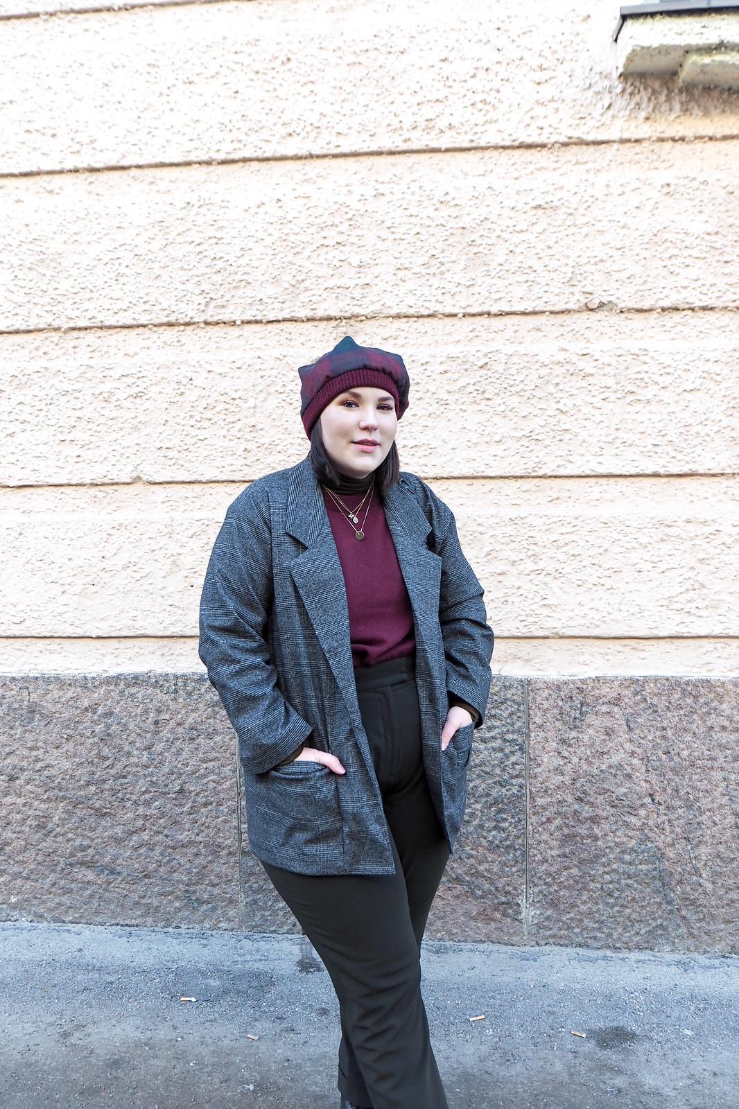 Ruutujakku, viininpunainen villapaita, vihreät housut-8