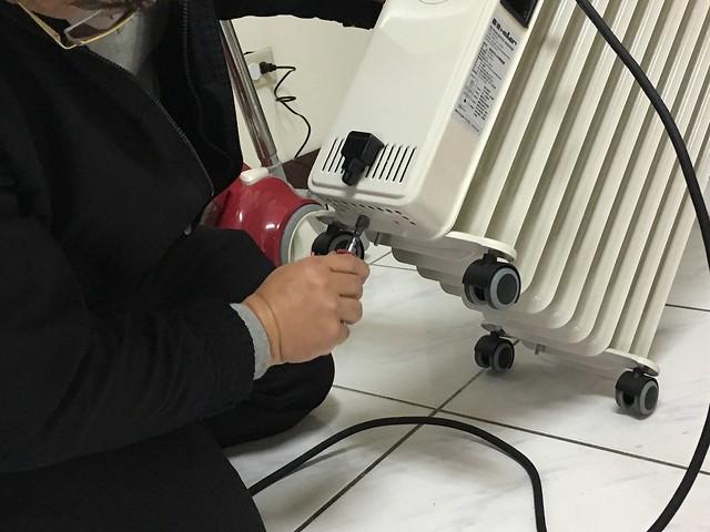 嘉儀電暖器的師傅來幫我修防傾倒開關(錯誤訊息 Eo)