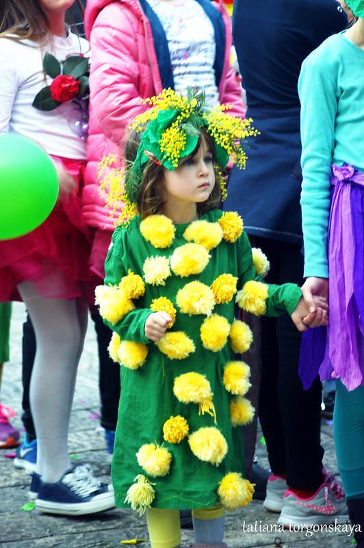 Девочка в костюме мимозы