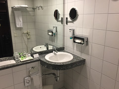 06 - NH-Hotel Frankfurt Flughafen - Bad / Bathroom
