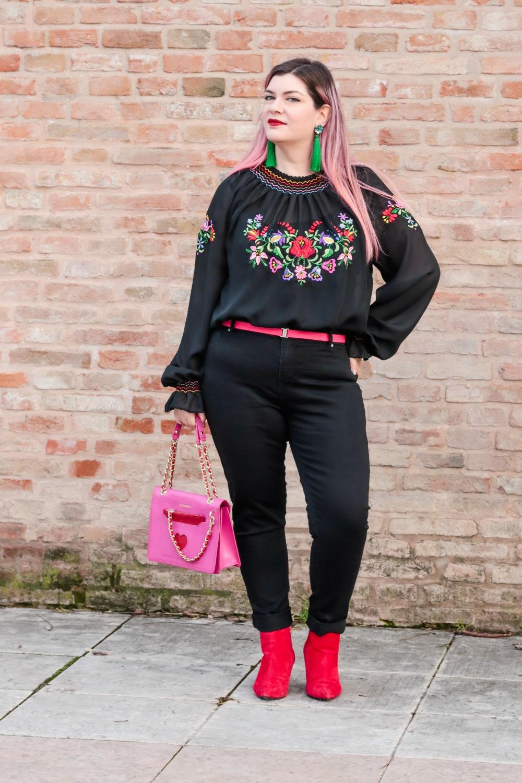 Outfit plus seize curvy con blusa ricamata, jeans neri e cappotto handmade (8)