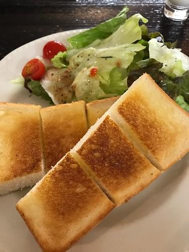 トーストと野菜サラダ