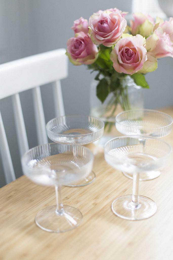 nya champagneglas och blombukett!