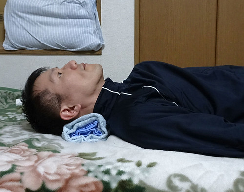 タオルを首にしいて眠る、ストレートネック対策として