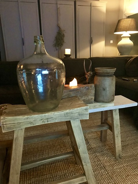 Glazen fles op houten bankje