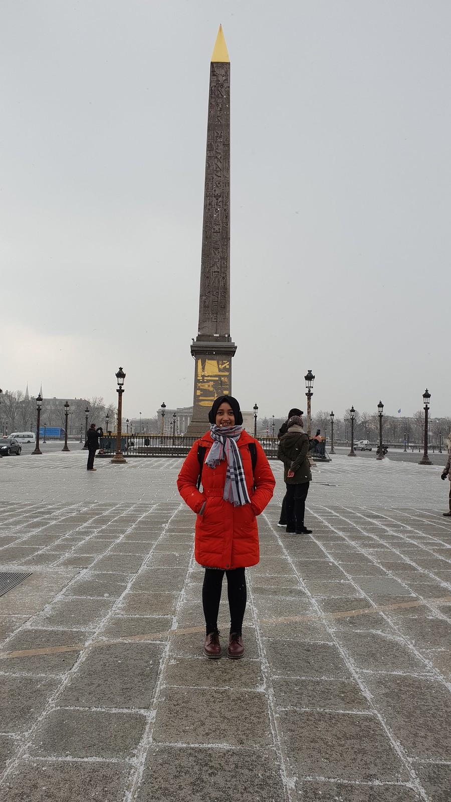 Berfoto di depan Obelisk, konon tugu inilah yang menjadi inspirasi pembangunan Monumen Nasional yang digagas oleh Presiden Soekarno (Liputan6.com/ Agustin Setyo W)