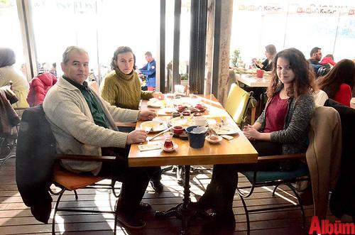 Eskişehirli Mert Emlak'ın sahibi Mehmet Karaca, Reyhan Karaca, Melis Karaca