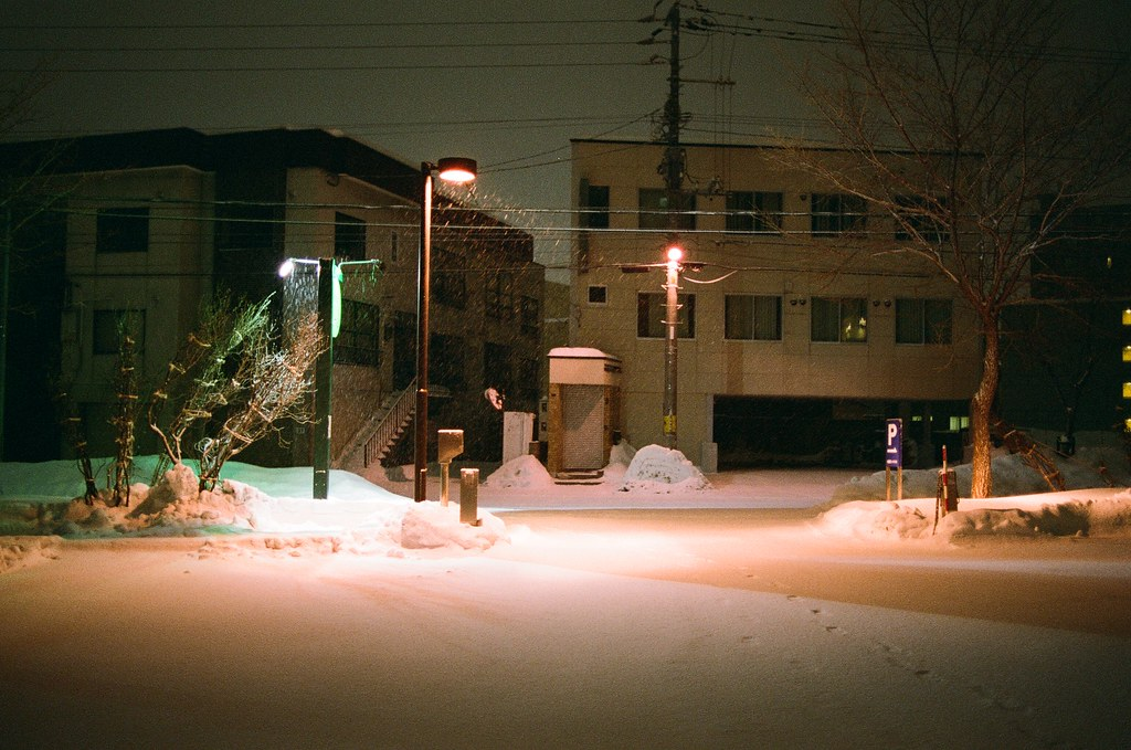 札幌 Sapporo Japan / FUJICOLOR PRO 400H / Nikon FM2 兩個方向的腳印,上一個的腳印已經快被大雪覆蓋了。 我記得那時候肚子很餓,跑到外面的轉角便利商店買泡麵吃。  反正每次去日本,還是要挑一碗泡麵吃,然後低頭寫明信片寄回來,不過那是好久以前的事了。  想辦法填補一些遺漏的畫面。  Nikon FM2 Nikon AI AF Nikkor 35mm F/2D FUJICOLOR PRO 400H 8271-0039 2016-02-02 ~ 2016-02-03 Photo by Toomore