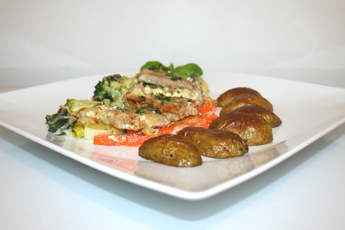 57 - Pork tenderloin vegetable gratiné - Side view / Schweinefilet-Gemüse-Gratin - Seitenansicht
