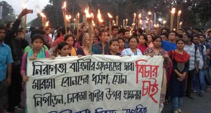 Demonstran membawa obor sebagai bentuk protes terhadap pemerkosaan dua gadis etnis Marma, pada Senin, 19 Februari 2018.