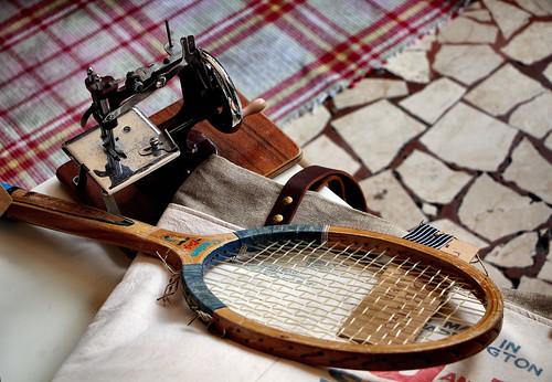 La racchetta e la macchina da cucire