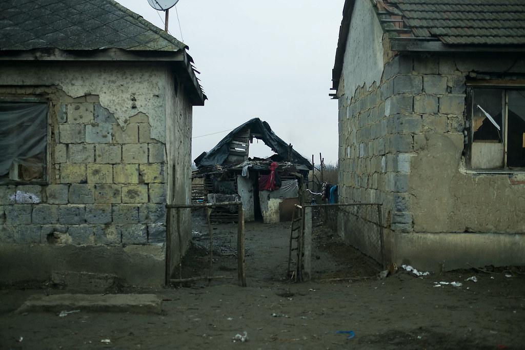 Balra a cigánysor egy részlete, jobbra egy utcavég Ópályi másik végén, ahová több család is költözött a szegregátumból | Fotók: Magócsi Márton