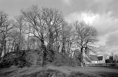 La butte aux anglais et l'église de Bois-Arnault