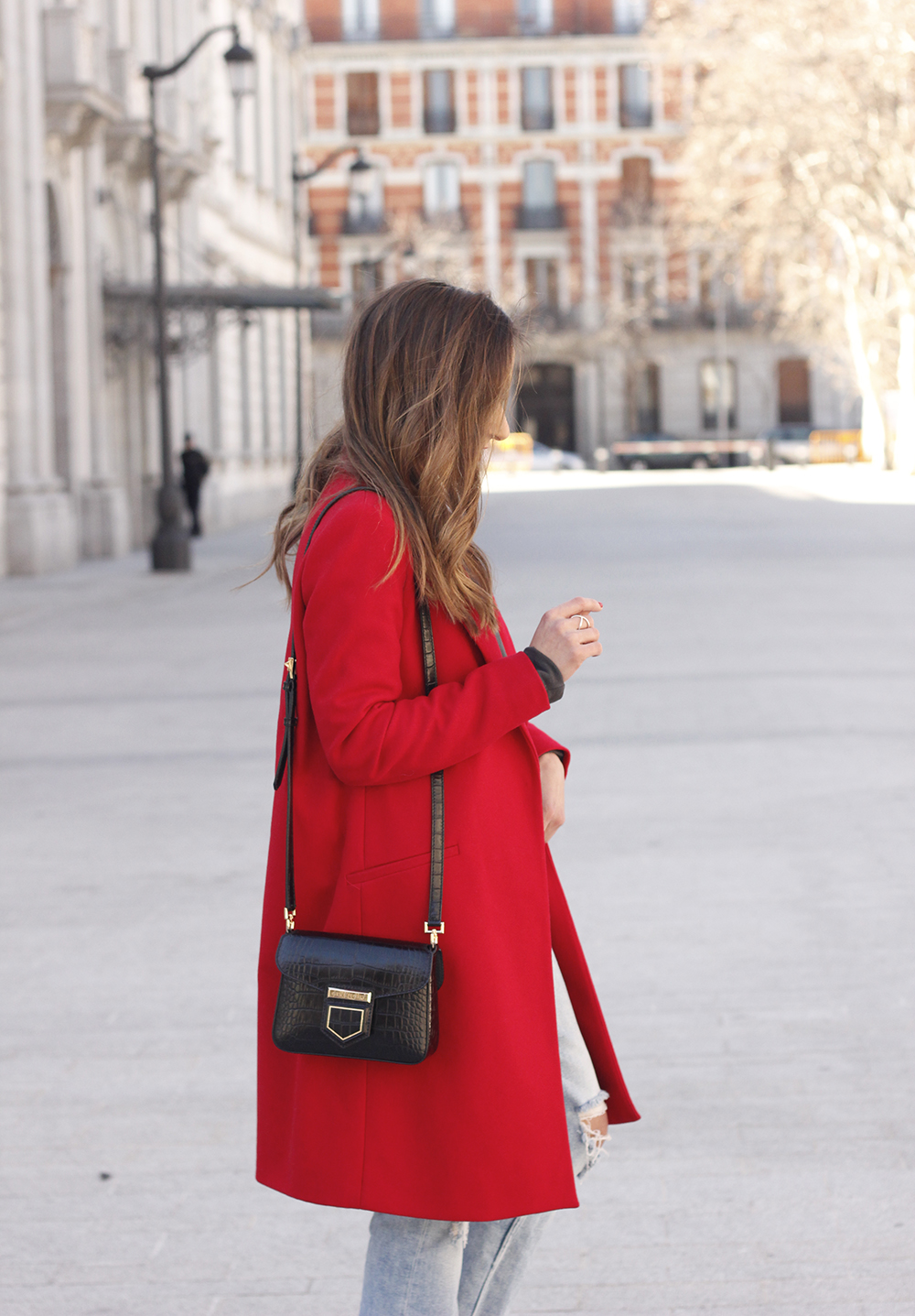 red coat givenchy bag ripped jeans leopard heels winter outfit look de invierno12