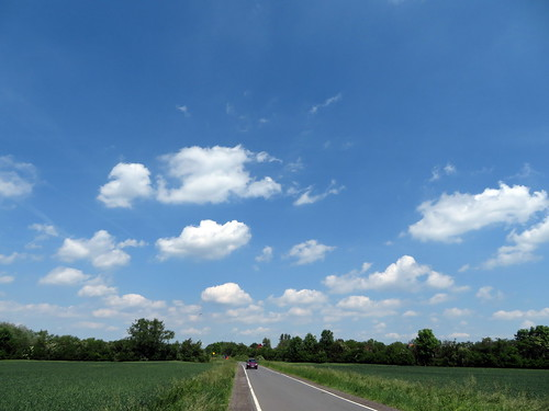 20170601 05 181 Regia Wolken Bäume Feld Straße