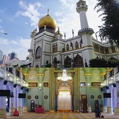 蘇丹回教堂小而精緻,洋蔥頭屋頂讓我想起叮噹天方夜譚的阿拉丁神燈,除此之外也不算有什麼特別的,卻是新加坡最重要的清真寺之一。 【浪遊旅人】http://ift.tt/1zmJ36B #backpackerjim #religion #indian #muslim #mosque #masjid #masjidsultan #singapore