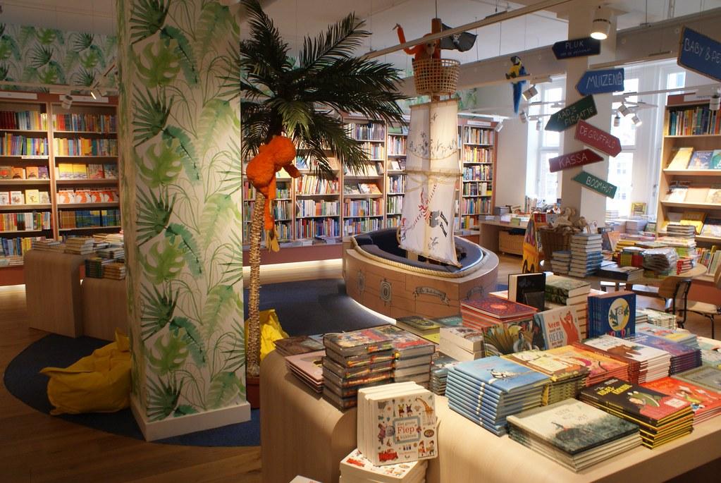 Espace enfant et bateau de pirates dans la Librarie Scheltema à Amsterdam.