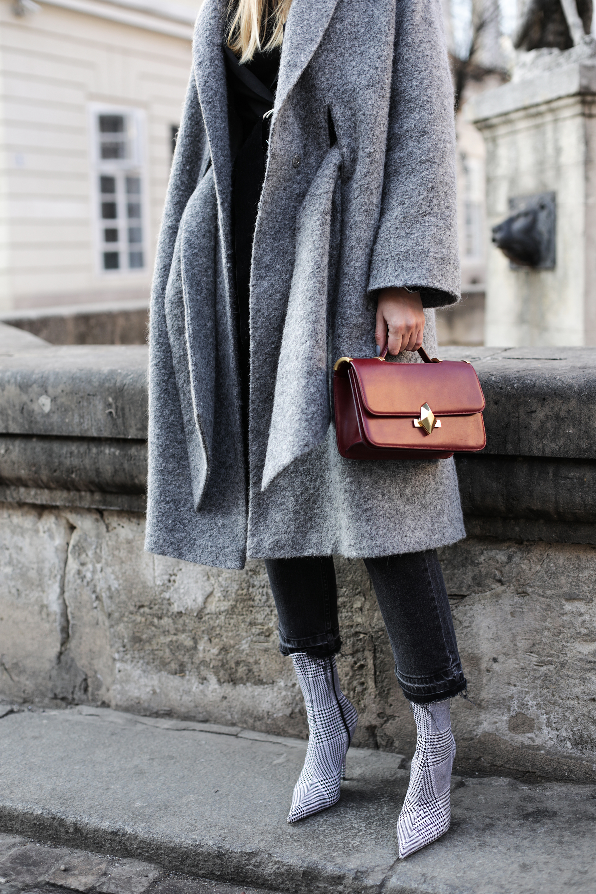 ocersized-grey-coat-outfit-street-style