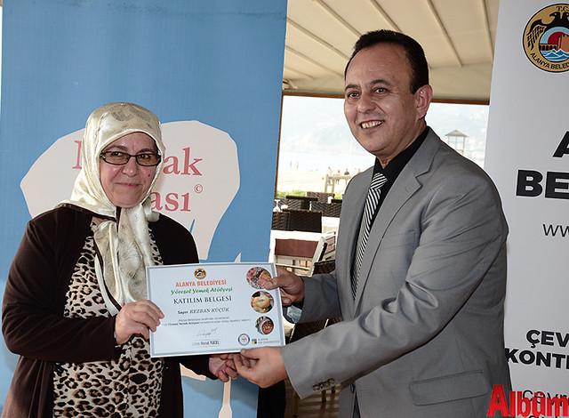 Alanya Belediyesi Yöresel Yemek Atölyesi'ne katılan kursiyerlere sertifikaları verildi. -11