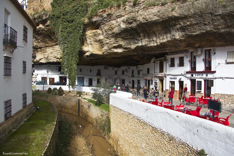 Una calle bajo la roca