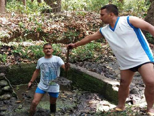 कड़वापानी जलस्रोत की सफाई करते ग्रामीण