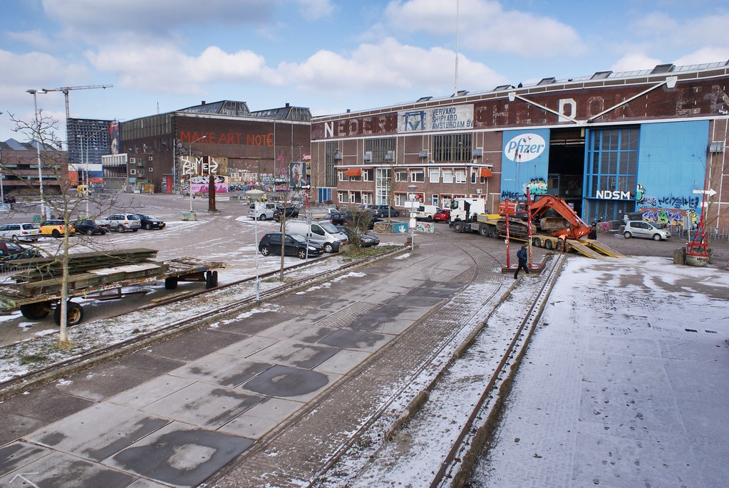 Paysage industriel dans le quartier de NDSM à Amsterdam sous un brin de neige.
